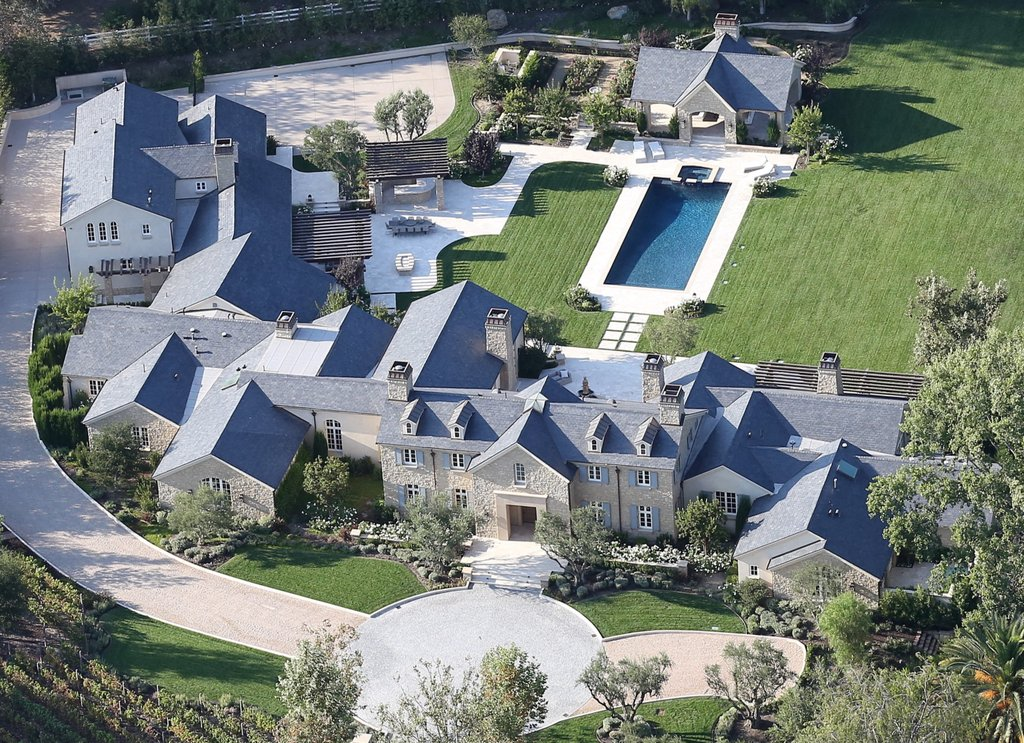 Kim Kardashian And Kanyes New House Amp Pool Premier