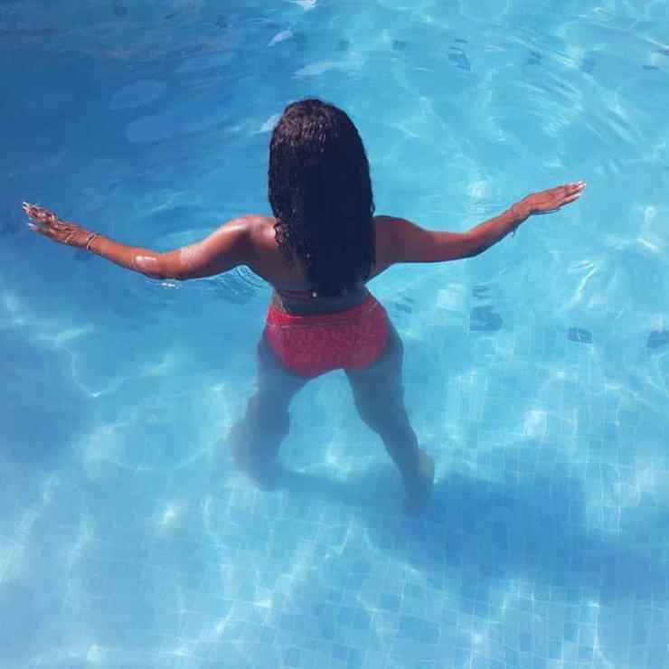 Alex Unusual shows her curves in red bikini in Dubai tour (Photos)