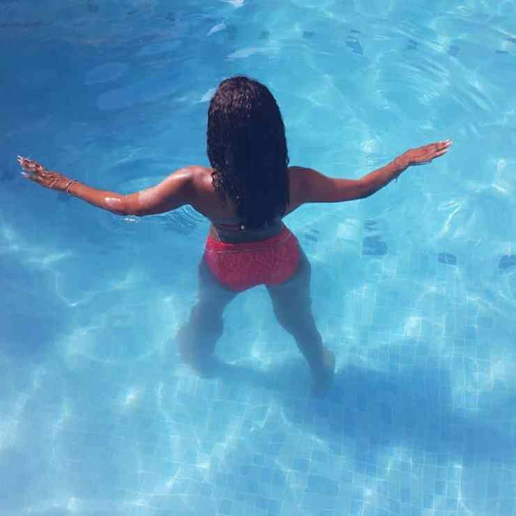 Alex Unusual shows her curves in red bikini in Dubai tour (Photos)