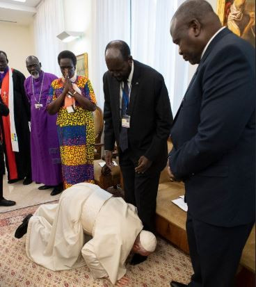 Pope Francis kisses the feet of Sudanese leaders