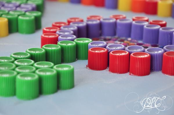 Prendre le temps - Tableau coloré en bouchons de compote - Fleur de profil