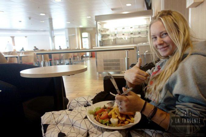 Déjeuner dans le ferry