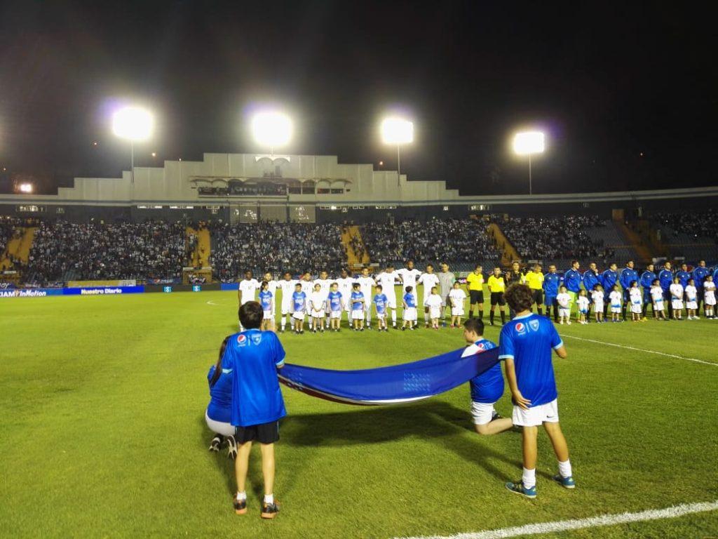 Paola Chuc Devolvió El Fervor Patrio Al Estadio Nacional
