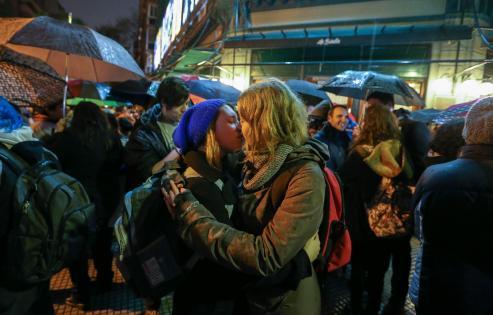 """BAS07. BUENOS AIRES (ARGENTINA), 05/09/2016.- Activistas por los derechos de diversidad sexual protestan frente al histórico bar La Biela hoy, lunes 5 de septiembre de 2016, en Buenos Aires (Argentina). Belén Arena estaba con su novia hace una semana en el lugar cuando, de acuerdo con su versión, un camarero del lugar le dijo que era """"inapropiado"""" que acariciara a su novia, suceso que supuestamente terminó con la expulsión de la pareja del local. Arena convocó una manifestación contra el establecimiento por lo que ella considera fue una discriminación """"por lesbiana"""". EFE/David Fernández"""