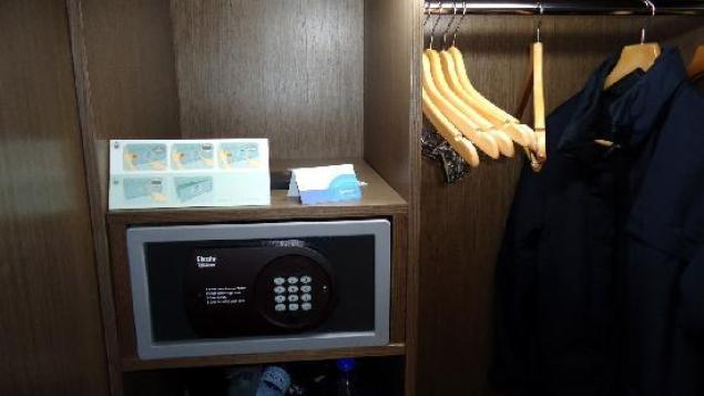 using safe box in hotel room