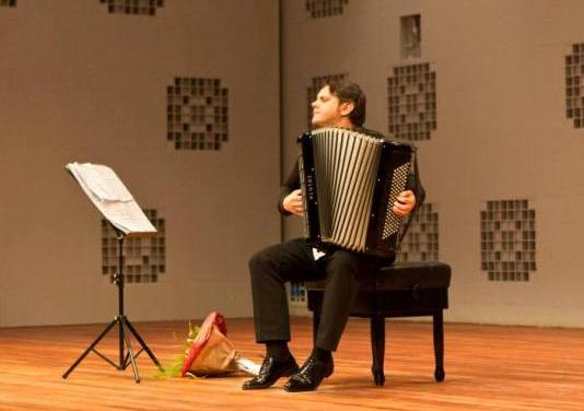 Nihad Hrustanbegović nastupa u Sarajevu