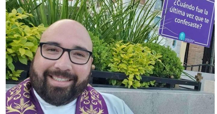 Una Iglesia en salida: Sacerdote lleva Confesión al parque frente a su parroquia en México
