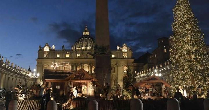 Vaticano ilumina árbol de Navidad y pesebre de la Plaza de San Pedro