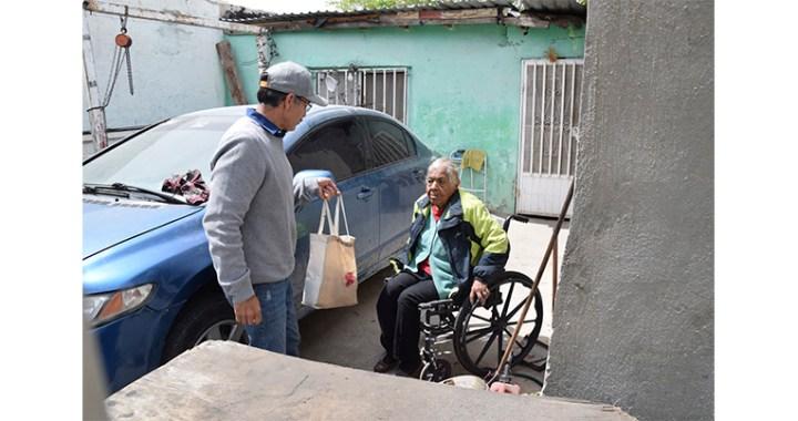 Repartió parroquia ayuda a adultos mayores en resguardo