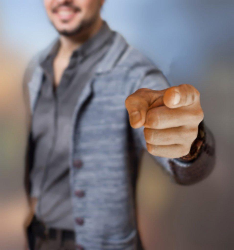 Hombre señalando al espectador. Cuando cuentas historias, tú eres el mensaje.