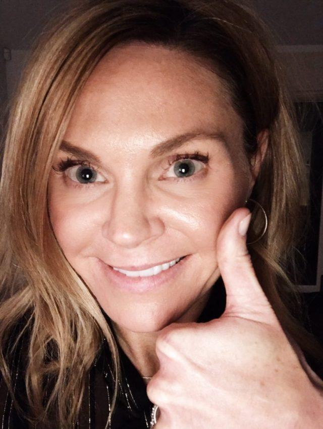 thumbs-up-selfie