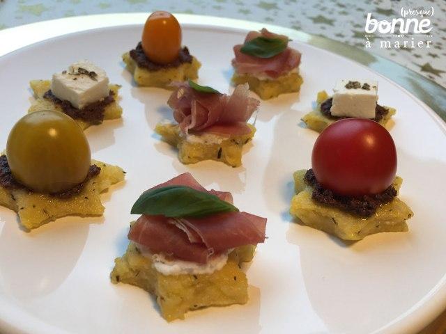 Polenta crostini ou toasts étoiles de polenta pour l'apéritif