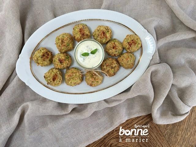 Boulettes de courgettes et flocons d'avoine, sauce yaourt citron basilic