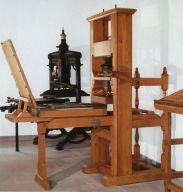Hölzerne Zeitungspresse. Authentischer Nachbau der Presse, auf der der amerikanische Buchdrucker und Staatsmann Benjamin Franklin 1725 Zeitungen druckte. Nach dem Original der Smithsonian Institution, Washington