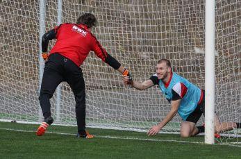 Marwin Hitz (Torwart FC Augsburg #35) hilt Ragnar Klavan (FC Augsburg #5) aus dem Tornetz,