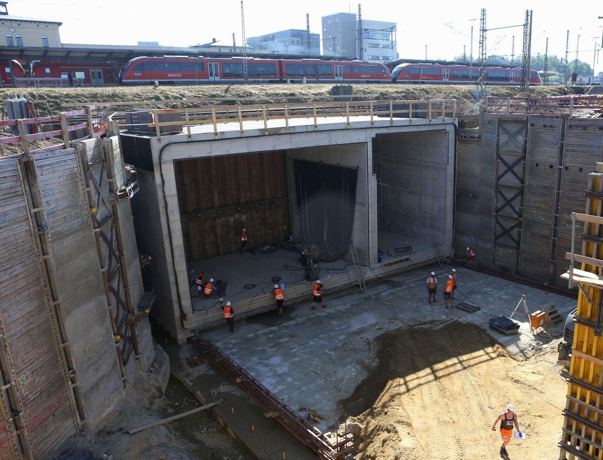 Mit Hydraulischen Pressen Wurde Das Tunnelsegment An Seinen Bestimmungsort  Verschoben. | Foto: Swa /