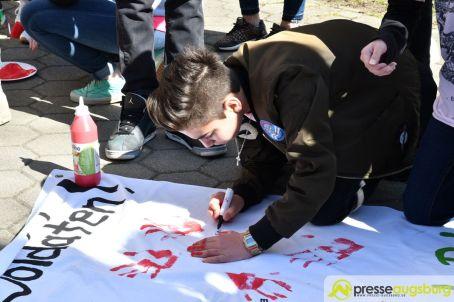 2017-03-17-Red-Hand-Day-–-10 Kinder sind keine Soldaten!   Schüler der Schillerschule und der Hans-Adlhoch-Schule setzen sich für Frieden ein Augsburg Stadt News Politik Hans-Adlhoch-Schule Red-Hand-Day Schillerschule Ulrike Bahr  Presse Augsburg