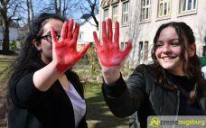 2017-03-17-Red-Hand-Day-–-13 Kinder sind keine Soldaten!   Schüler der Schillerschule und der Hans-Adlhoch-Schule setzen sich für Frieden ein Augsburg Stadt News Politik Hans-Adlhoch-Schule Red-Hand-Day Schillerschule Ulrike Bahr  Presse Augsburg