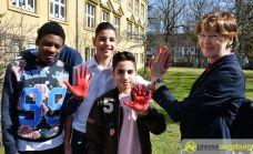 2017-03-17-Red-Hand-Day-–-14 Kinder sind keine Soldaten!   Schüler der Schillerschule und der Hans-Adlhoch-Schule setzen sich für Frieden ein Augsburg Stadt News Politik Hans-Adlhoch-Schule Red-Hand-Day Schillerschule Ulrike Bahr  Presse Augsburg