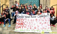 2017-03-17-Red-Hand-Day-–-23 Kinder sind keine Soldaten!   Schüler der Schillerschule und der Hans-Adlhoch-Schule setzen sich für Frieden ein Augsburg Stadt News Politik Hans-Adlhoch-Schule Red-Hand-Day Schillerschule Ulrike Bahr  Presse Augsburg