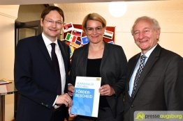 Staatssekretär Reichhart übergab den offiziellen Förderbescheid an Bürgermeisterin Weber und Schulreferent Köhler | Foto: Wolfgang Czech
