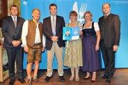 Martin und Brigitte Platzer (2 und 4 vl) freuen sich über die Prämierung aus den Händen von Ministerpäsident Söder. Mit auf dem Foto: Horgaus Bürgermeister Thomas Hafner und Minister Füracker (vl) | Foto: Heimatministerium