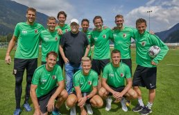 DJ Ötzi mit Spielern des FC Augsburg auf dem Trainingsplatz, FC Augsburg, Trainingslager Längenfeld, Tirol, Saison 2018-2019, 02.08.2018