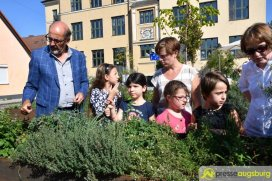 Umweltreferent Reiner Erben lässt sich den Lehrgarten vor Ort zeigen | Foto: Wolfgang Czech