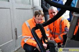 Minister Dr. Hans Reichardt (links) überzeugte sich in Gersthofen von der neuen Technik | Foto: Wolfgang Czech