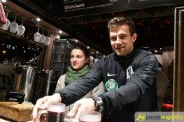 Kapitän Daniel Baier und seine Kollegen haben wieder Glühwein ausgeschenkt | Foto: Wolfgang Czech