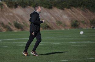 Manuel Baum (Trainer FC Augsburg) läuft alleine auf dem Trainingsplatz, FC Augsburg, Trainingslager Alicante 2019, La Finca Golf Resort, Trainingsgelände;