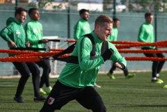 Andre Hahn (FC Augsburg #28) legt sich mächtig ins Zeug am Gummiseil; FC Augsburg, Trainingslager Alicante 2019, La Finca Golf Resort, Trainingsgelände;