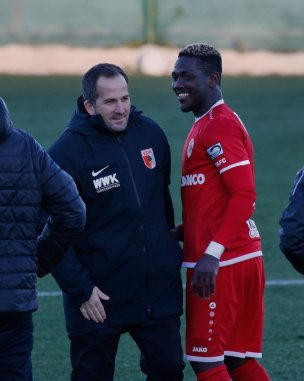 Manuel Baum (Trainer FC Augsburg) und Danile Opare nach dem Spiel; Testspiel FC Augsburg - Royal Antwerpen; FC Augsburg, Trainingslager Alicante 2019, La Finca Golf Resort, Trainingsgelände;