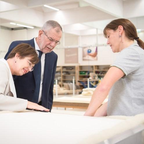 Bundespräsident Alexander Van der Bellen in der Matratzenfertigung Grüne Erde-Welt | Foto: HBF / Karlovits