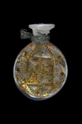 Flacon-reliquaire, Espagne, premier quart du XVIIIe siècle. Verre, papier doré, métal, cire, fil d'or. Mucem © Mucem