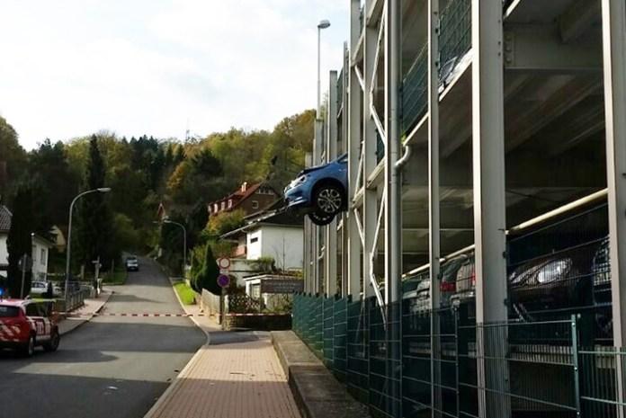Auto durchbrach Metallgitter im Parkhaus / Gang falsch eingelegt
