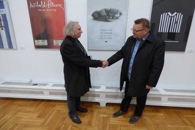 profesor-czeslaw-dzwigaj-gratuluje-zbigniewowi-babinskiemu-zwycieskiej-pracy-w-miedzynarodowym-konkursie-na-plakat