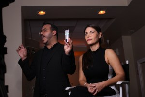 Celebrity make-up artist Roberto Ramos talks to Master Class attendees about Cover FX make-up products while applying some on T.V host and friend Chiquinquira Delgado. (Daysi Calavia-Robertson/ Press Pass Latino).