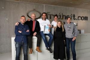 """York Hovest entrega os seus livros """"Heróis do Mar"""" à freiheit.com. Da esquerda para a direita: Sebastian Heumann, Stefan Richter, York Hovest, Caro Henderick, Birgit Riedel, Katrin Stamme."""