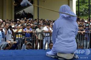 0201 07 1 - インドネシアの現実 公衆での抱擁・公開鞭打ちの刑