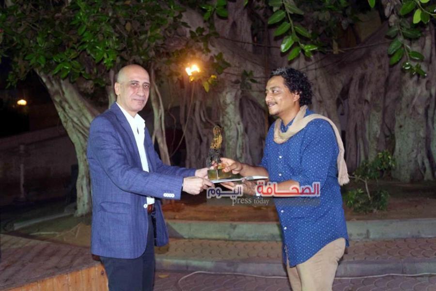 د. خالد سرور يكرم الفنان أحمد مجدي