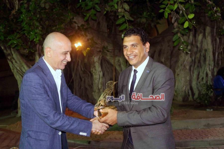 د. خالد سرور يكرم ممثل الجهة الراعية
