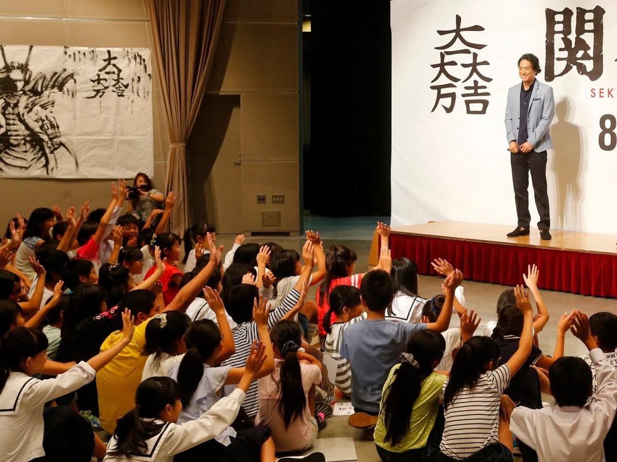 映画『関ヶ原』岡田准一・平岳大が石田三成のお膝元・ 滋賀の小中学生の前にサプライズ登場!