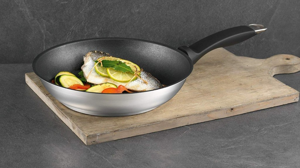 sartén de titanio con comida a la plancha