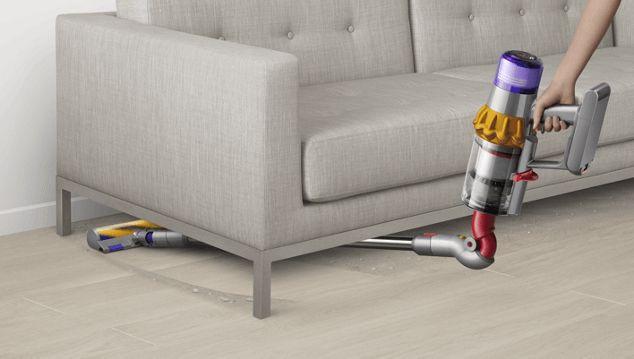 Dyson V12 Slim degajo de un mueble