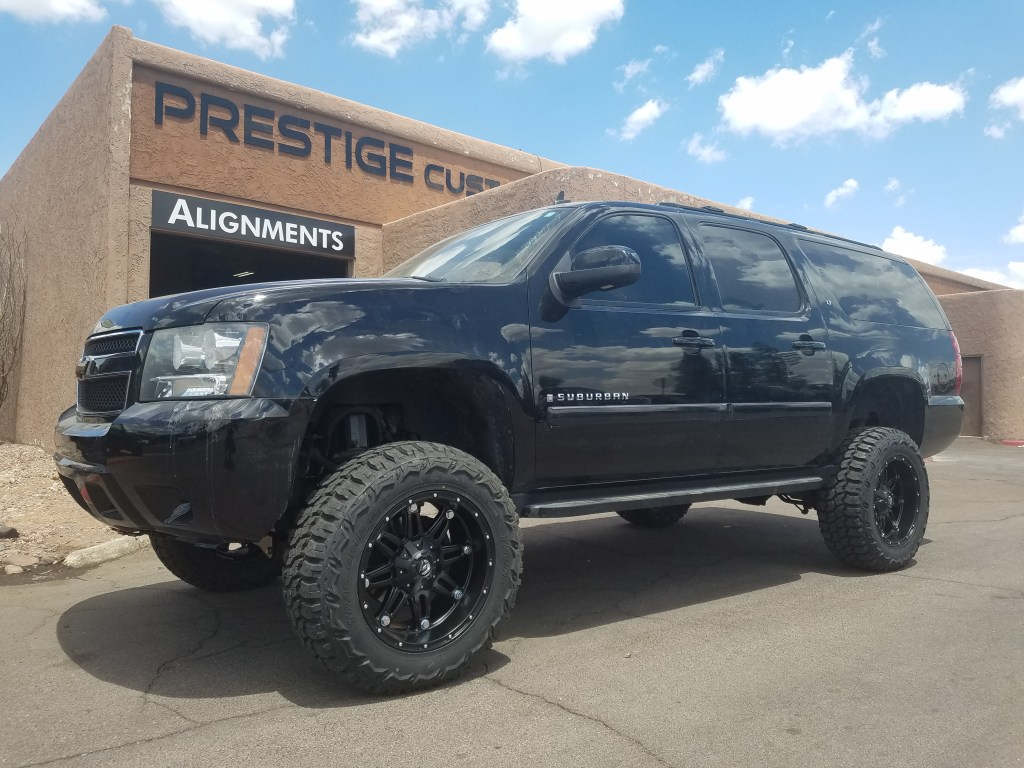 2007 CHEVY SUBURBAN 4X4 WITH A 7.5 ROUGH COUNTRY LIFT KTI AND A SET OF FUEL HOSTAGES 20X10 BLACK WITH THUNDER MTS 35X12 (2)