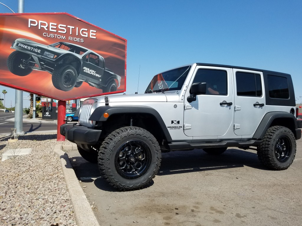 2008 JEEP JK UNLIMITED 4X4 WITH A 2.5 ROUGH COUNTRY SUSPENSION LIFT KIT AND A SET OF FUEL SAVAGE 18X9 BLACK AND MILLED WITH A SET OF THUNDER MTS 33X12.50R18 (1)