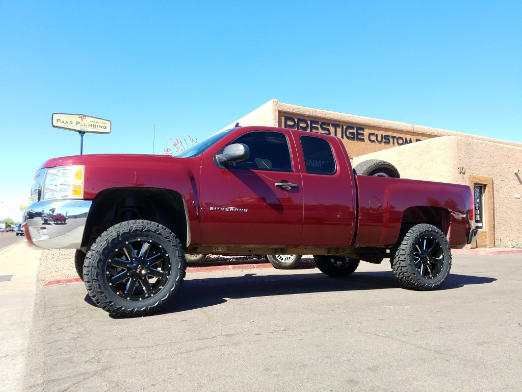 2009 CHEVY 1500 4X4 WITH A 6 ROUGH COUNTRY SUSPENSION LIFT KTI AND A SET OF ION 142 20X9 BLK AND MILLED WITH THUNDER MTS 35X12.50R20