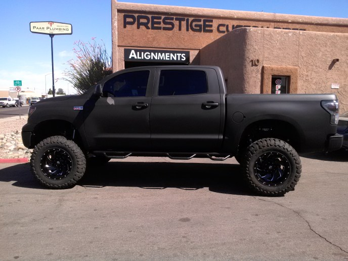 2009 TOYOTA TUNDRA 4X4 WITH ROUGH COUNTRY 6 LIFT KIT AND A 3 BODY LIFT WITH COGNITO UPR CTRL ARMS AND FUEL KLEVERS 20X12 BLK AND CHR WITH TOYO OPEN COUNTRY MTS 38X1350 (1)