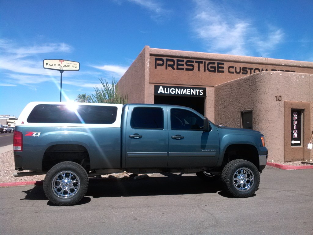 2013 CHEVY 2500 4X4 WITH 7.5 ROUGH COUNTRY LIFT KIT AND FUEL KRANK CHROME WHEELS 20X10 WITH TOYO ATII 35X12.50R20 (6)